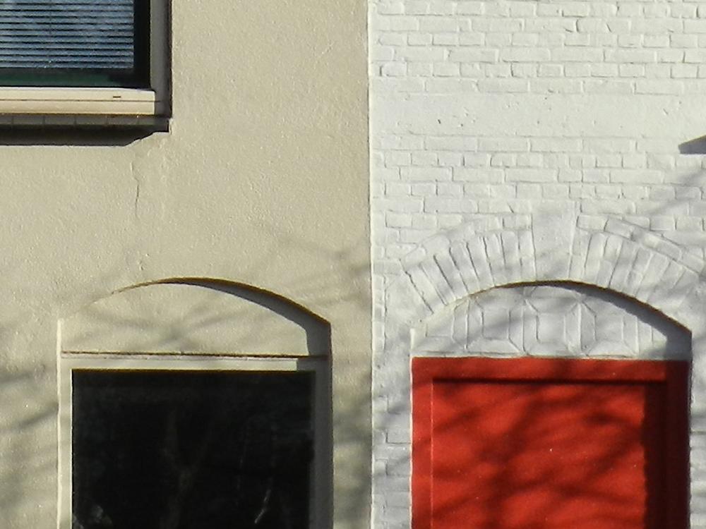 buitenmuurafwerking met stucwerk en witte verf