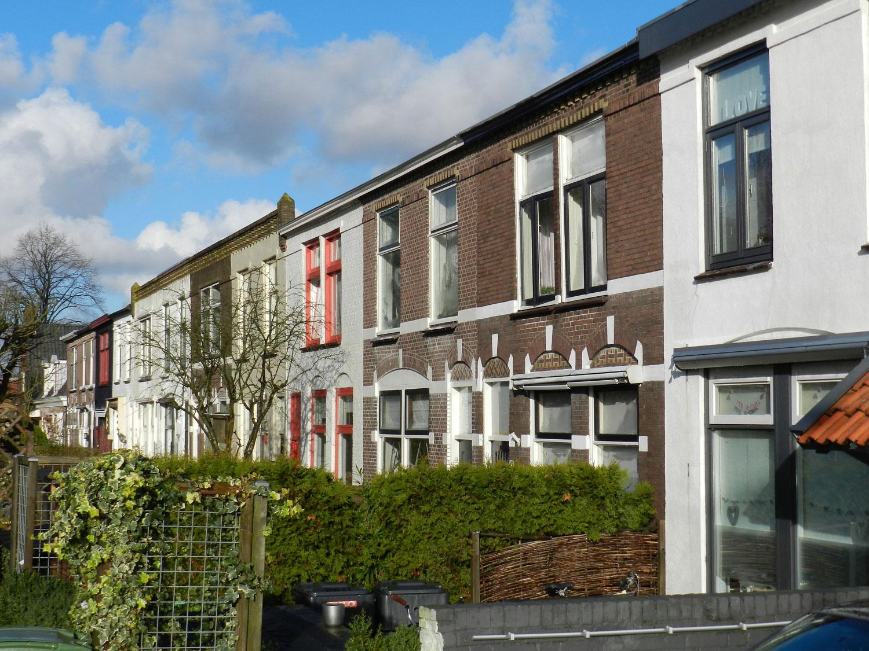 rij huizen met verschillende buitenmuurafwerking