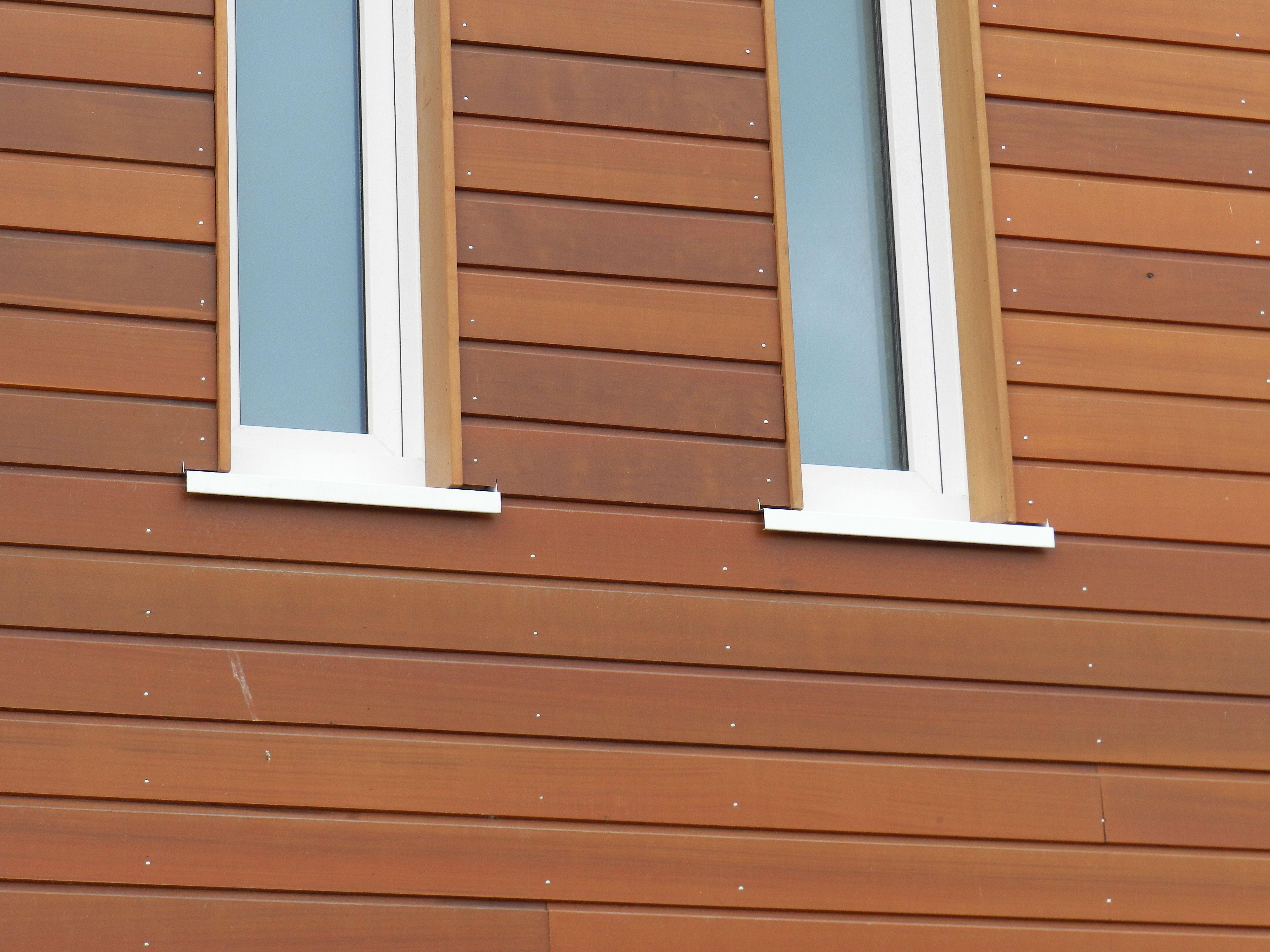 witte aluminium waterslag doorgetrokken in houten gevel